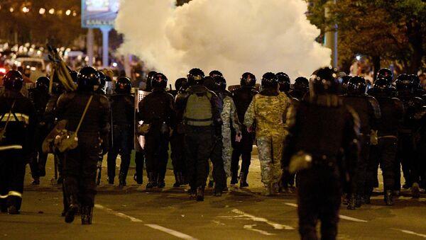 Các nhân viên thực thi pháp luật trong một cuộc biểu tình ở Minsk. - Sputnik Việt Nam