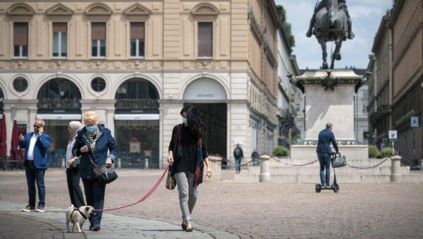 Công dân đeo khẩu trang y tế tại Piazza San Carlo ở Turin, Ý - Sputnik Việt Nam