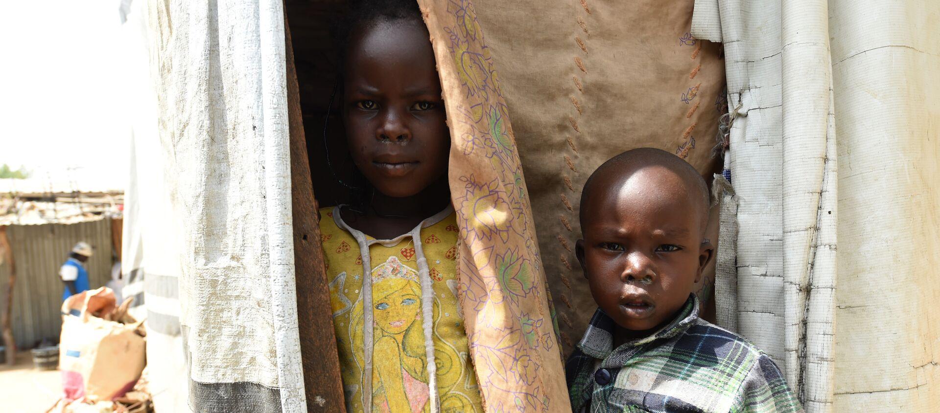 Những đứa trẻ trốn cái nắng như thiêu như đốt trong Trại dành cho những người mất tích ở Maiduguri, đông bắc Nigeria, vào ngày 4 tháng 2 năm 2016. - Sputnik Việt Nam, 1920, 19.08.2020