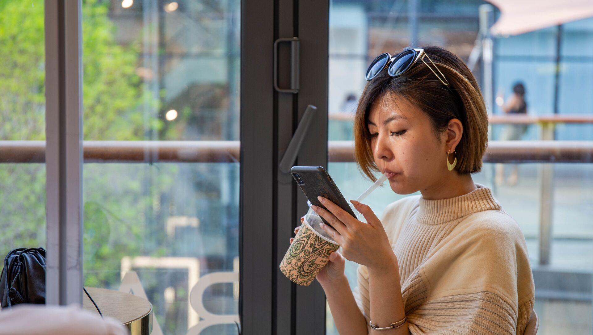 Trung Quốc cô gái mùa xuân Bắc Kinh người phụ nữ Trung Quốc cà phê điện thoại - Sputnik Việt Nam, 1920, 22.09.2021