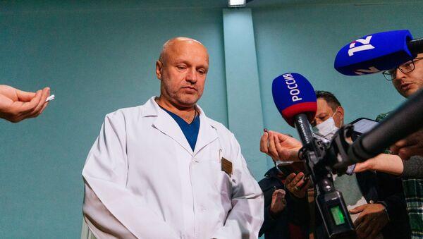 Ông Anatoly Kalinichenko, phó giám đốc bệnh viện cấp cứu số 1 ở Omsk nói với các phóng viên về tình trạng của Alexei Navalny. - Sputnik Việt Nam