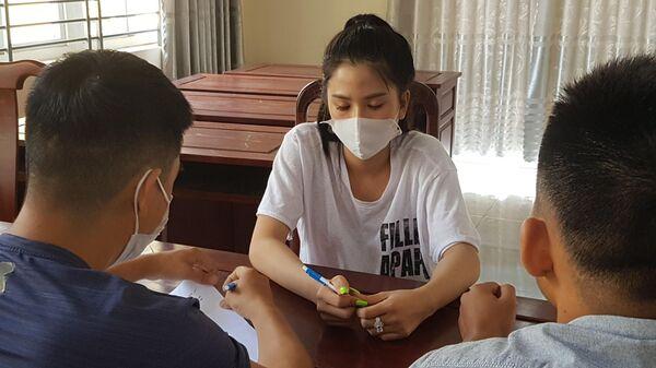 Công an lấy lời khai một trong số các đối tượng nam, nữ bị bắt quả tang khi đang thực hiện hành vi mua bán dâm để từ đó ra lệnh bắt Phạm Hồng Giang - Sputnik Việt Nam