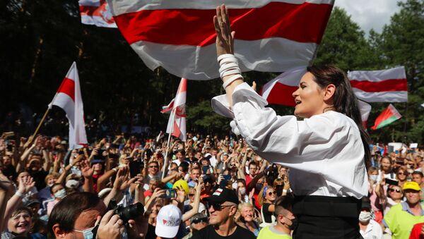 Ứng cử viên tổng thống Svetlana Tikhanovskaya trong một cuộc biểu tình ở Brest - Sputnik Việt Nam