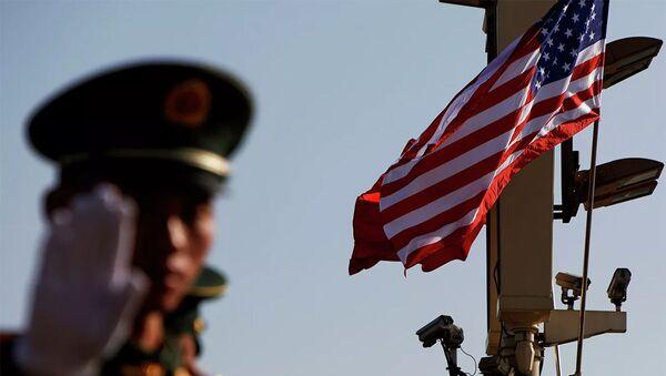 Một quân nhân ra hiệu gần Tử Cấm Thành ở Bắc Kinh - Sputnik Việt Nam