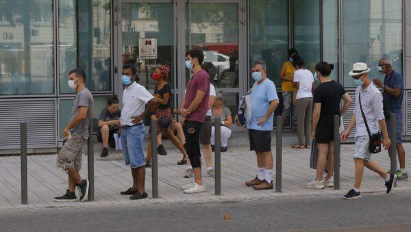 Mọi người xếp hàng chờ xét nghiệm coronavirus bên ngoài phòng thí nghiệm y tế ở Paris, Pháp - Sputnik Việt Nam