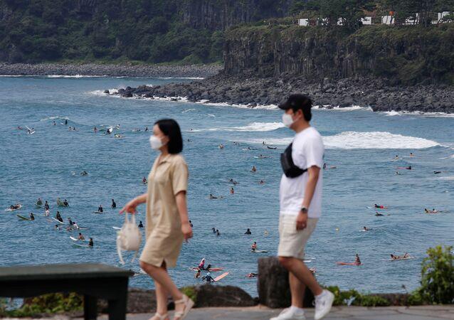 Những người đeo khẩu trang đi nghỉ ở đảo Jeju, Hàn Quốc