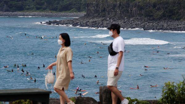 Những người đeo khẩu trang đi nghỉ ở đảo Jeju, Hàn Quốc - Sputnik Việt Nam