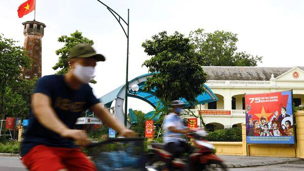 Băng rôn chào mừng kỷ niệm 75 năm Quốc khánh 2/9 trên phố Điện Biên Phủ - Sputnik Việt Nam