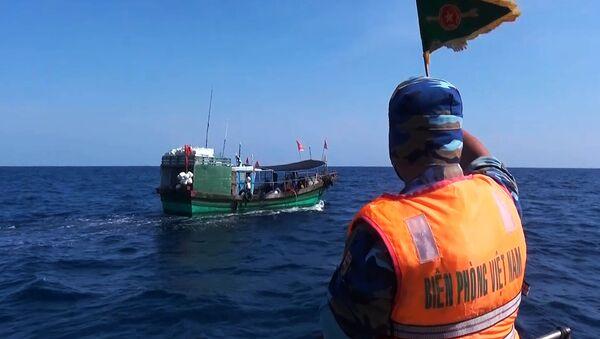 Lực lượng Biên phòng Quảng Trị đang truy đuổi, vây bắt một tàu cá của nước ngoài xâm phạm chủ quyền vùng biển Việt Nam trong khi khai thác hải sản - Sputnik Việt Nam