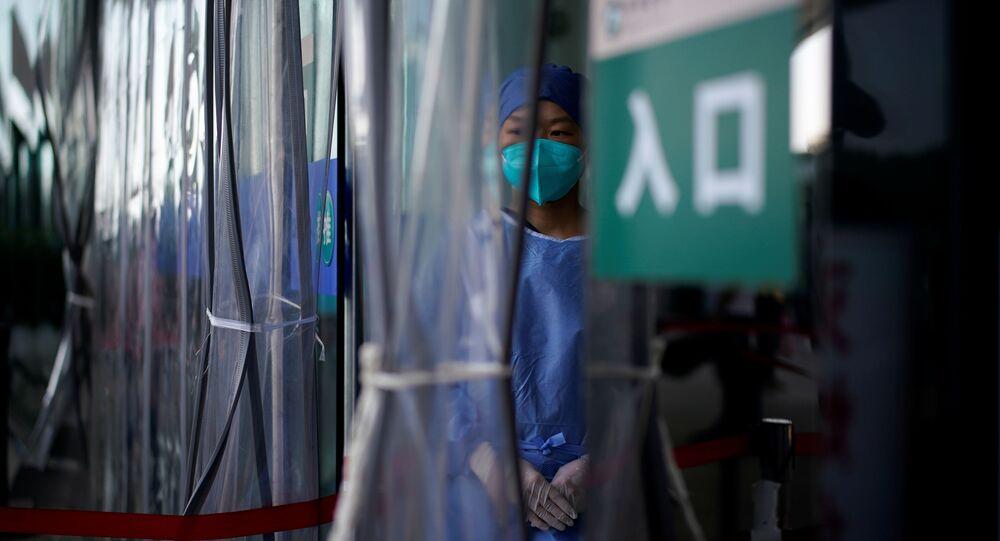 Nhân viên y tế đeo khẩu trang.