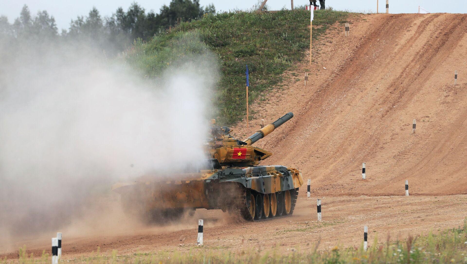 Xe tăng T-72 của đội tuyển Việt Nam tại buổi thi đấu của các kíp xe tăng trong khuôn khổ cuộc thi Tank Biathlon 2020 tại bãi tập Alabino.   - Sputnik Việt Nam, 1920, 15.07.2021