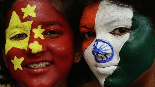 Các cô gái với hình ảnh quốc kỳ của Ấn Độ và Trung Quốc. - Sputnik Việt Nam