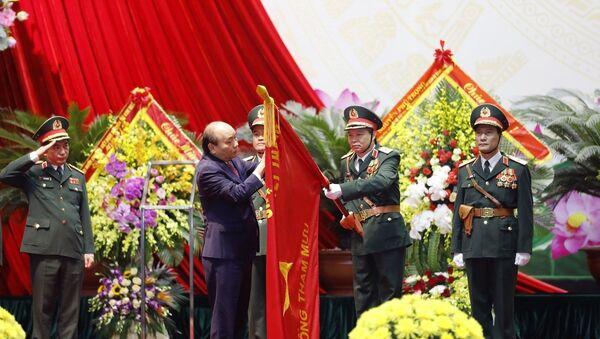 Thủ tướng Nguyễn Xuân Phúc gắn Huân chương Bảo vệ Tổ quốc hạng Nhất lên Quân kỳ của Bộ Tổng tham mưu Quân đội nhân dân Việt Nam - Sputnik Việt Nam
