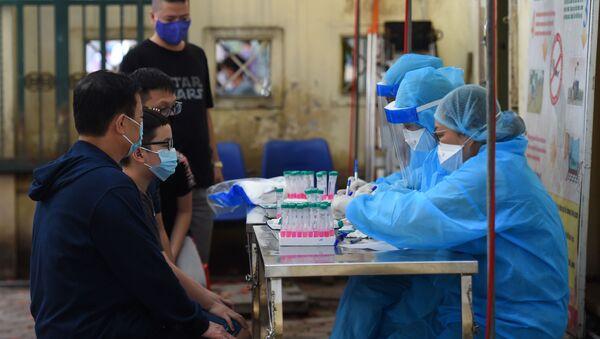 Những người chờ xét nghiệm coronavirus ở Hà Nội. - Sputnik Việt Nam