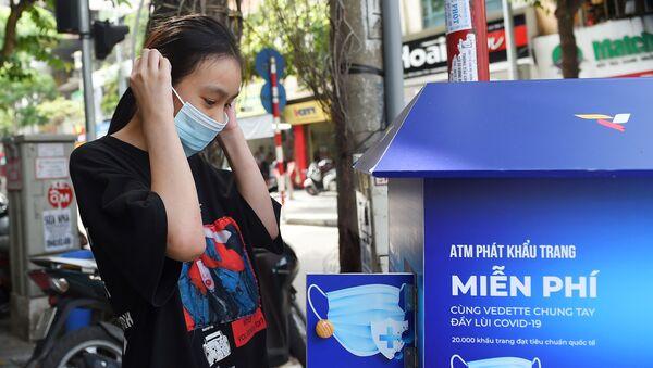 Cô gái bên máy tự động phát khẩu trang miễn phí ở Hà Nội. - Sputnik Việt Nam