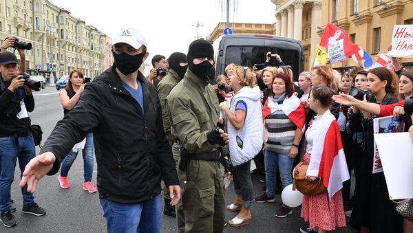 Nhân viên thực thi pháp luật và những người tham gia hành động biểu tình ở Minsk - Sputnik Việt Nam
