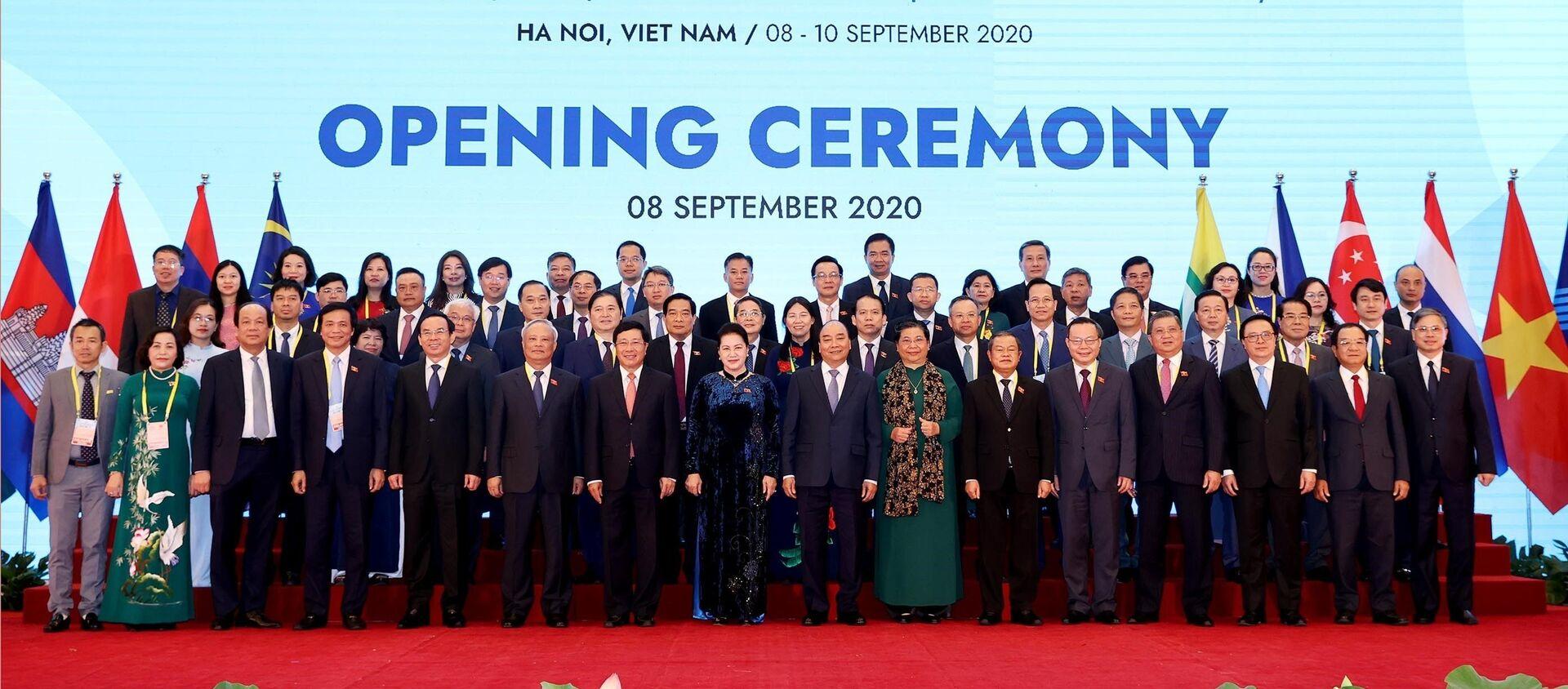 Chủ tịch Quốc hội Nguyễn Thị Kim Ngân, Thủ tướng Nguyễn Xuân Phúc và các lãnh đạo chụp ảnh với các đại biểu Quốc tế dự AIPA 41 - Sputnik Việt Nam, 1920, 08.09.2020