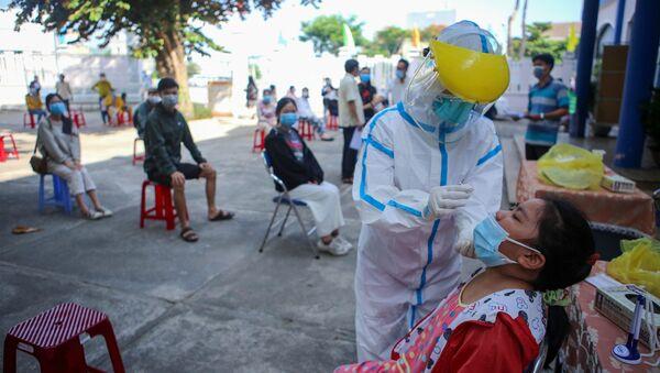Lấy mẫu xét nghiệm COVID-19 cho người dân tỉnh Phú Yên trước khi trở về nơi cư trú.  - Sputnik Việt Nam