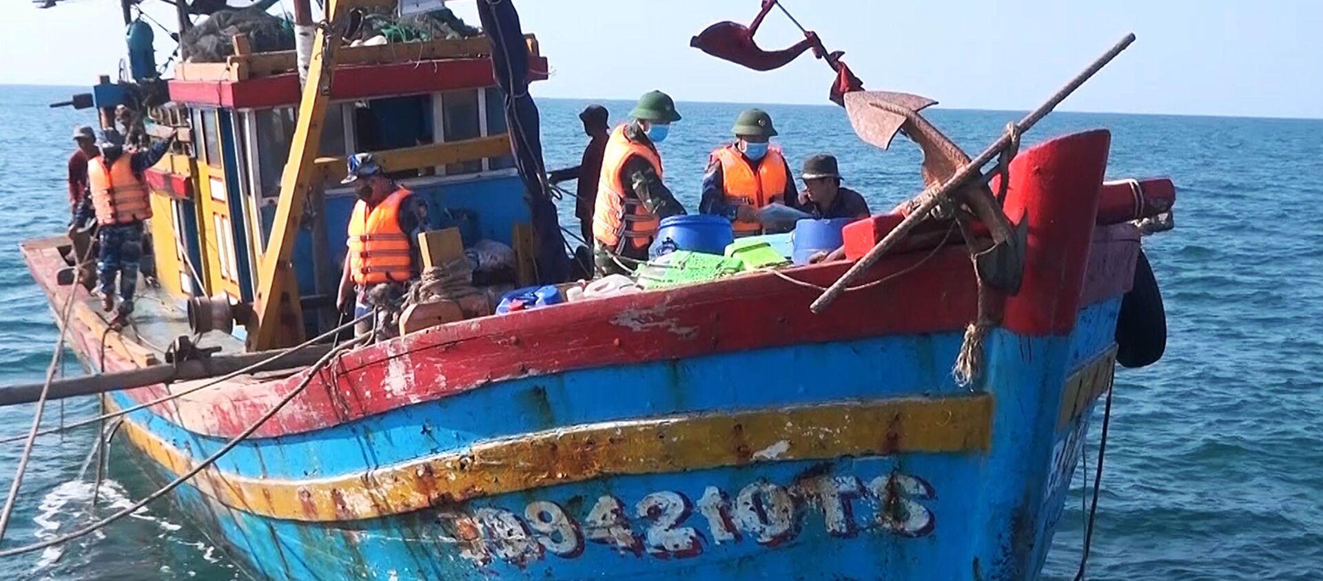 Bộ đội Biên phòng tỉnh Quảng Trị xử lý hành vi khai thác hải sản của một tàu cá sử dụng tàu lưới kéo (giã cào) - Sputnik Việt Nam, 1920, 08.09.2020