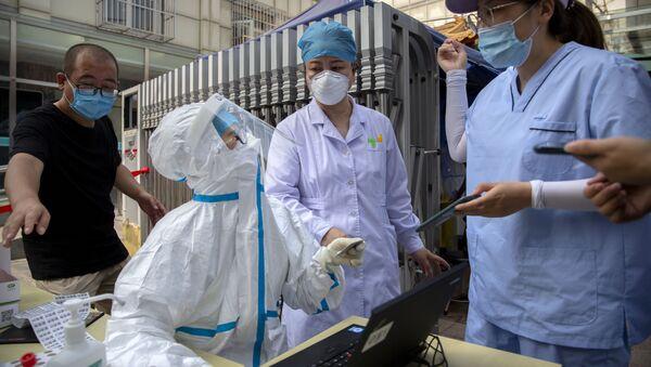 Nhân viên y tế Trung Quốc xét nghiệm coronavirus - Sputnik Việt Nam