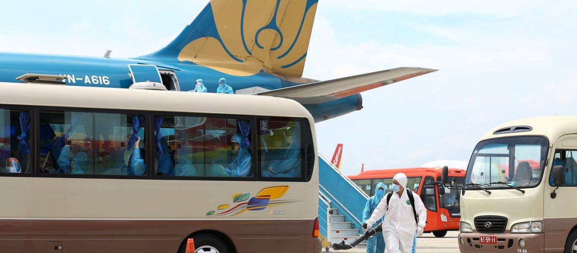 Trong ảnh: Quy trình tiếp nhận du khách từ Đà Nẵng về Hà Nội được thực hiện nghiêm ngặt, đầy đủ các khâu như đối với các chuyến bay khác từ vùng dịch ở nước ngoài về Việt Nam, đặc biệt là khâu phun khử khuẩn phương tiện, hành lý trước khi rời sân bay về khu cách ly. Ảnh: Minh Quyết - TTXVN - Sputnik Việt Nam, 1920, 11.09.2020