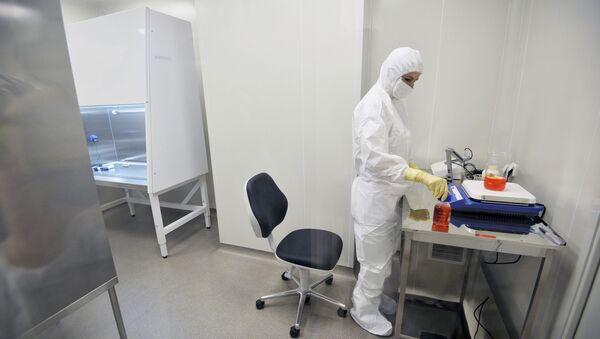 Một bác sĩ trong phòng thí nghiệm. - Sputnik Việt Nam