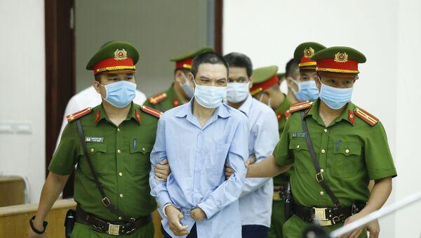 Cảnh sát dẫn giải các bị cáo. - Sputnik Việt Nam