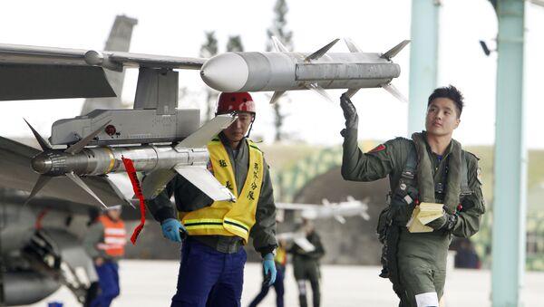 Một phi công kiểm tra tên lửa trong một cuộc tập trận. Đài Đông. Đài loan - Sputnik Việt Nam