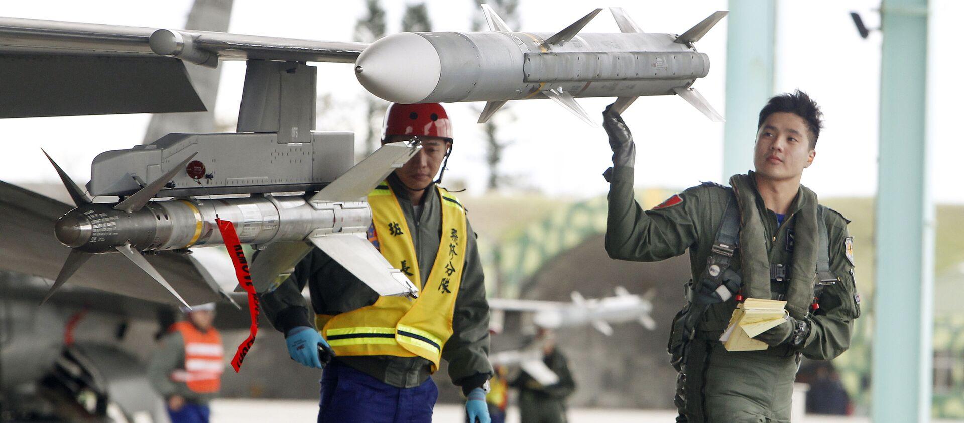 Một phi công kiểm tra tên lửa trong một cuộc tập trận. Đài Đông. Đài loan - Sputnik Việt Nam, 1920, 08.10.2020