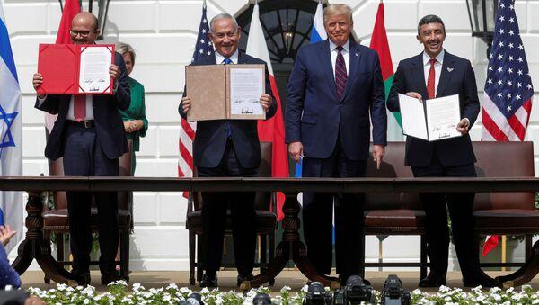 Bộ trưởng Ngoại giao Bahrain Abdullatif Al Zayani, Thủ tướng Israel Benjamin Netanyahu, Bộ trưởng Ngoại giao UAE Abdullah bin Zayed và Tổng thống Mỹ Donald Trump trưng dẫn bản sao các thỏa thuận đã ký. - Sputnik Việt Nam