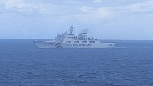 Tàu Bakamla của Cơ quan An ninh Hàng hải Indonesia truy đuổi tàu Cảnh sát biển Trung Quốc - Sputnik Việt Nam