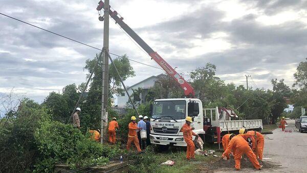 Công ty Điện lực Thừa Thiên-Huế khắc phục sự cố do mưa bão. - Sputnik Việt Nam