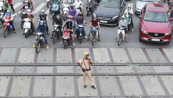 Người đi xe máy bịt mặt trên đường ở Việt Nam - Sputnik Việt Nam