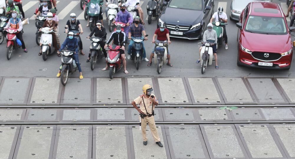 Người đi xe máy bịt mặt trên đường ở Việt Nam
