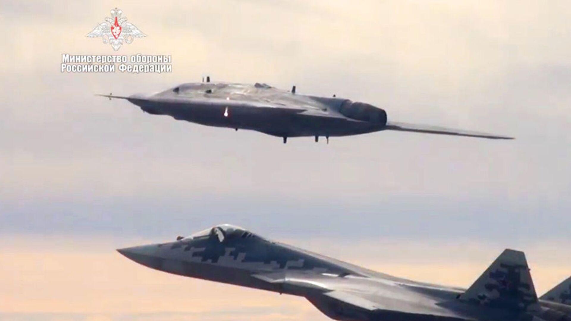 Máy bay tấn công không người lái Okhotnik thực hiện chuyến bay chung với Su-57. - Sputnik Việt Nam, 1920, 05.10.2021