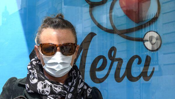 Người phụ nữ tại trạm xe buýt ở Paris. - Sputnik Việt Nam