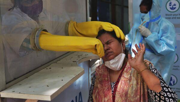 Chuyên gia y tế tiến hành xét nghiệm COVID-19 ở Ấn Độ - Sputnik Việt Nam