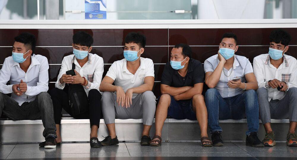 Những người tại sân bay quốc tế Nội Bài, Hà Nội.
