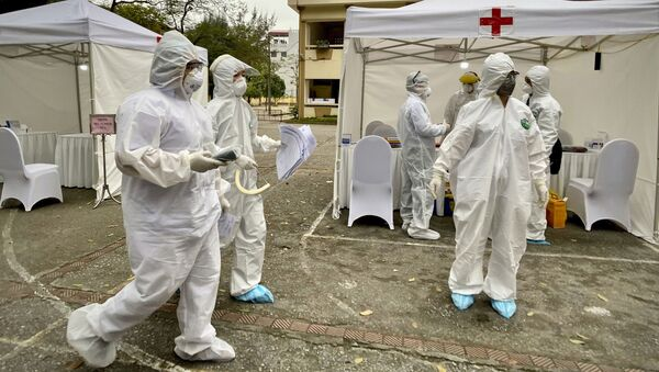 Nhân viên y tế tại một điểm xét nghiệm coronavirus ở Hà Nội - Sputnik Việt Nam
