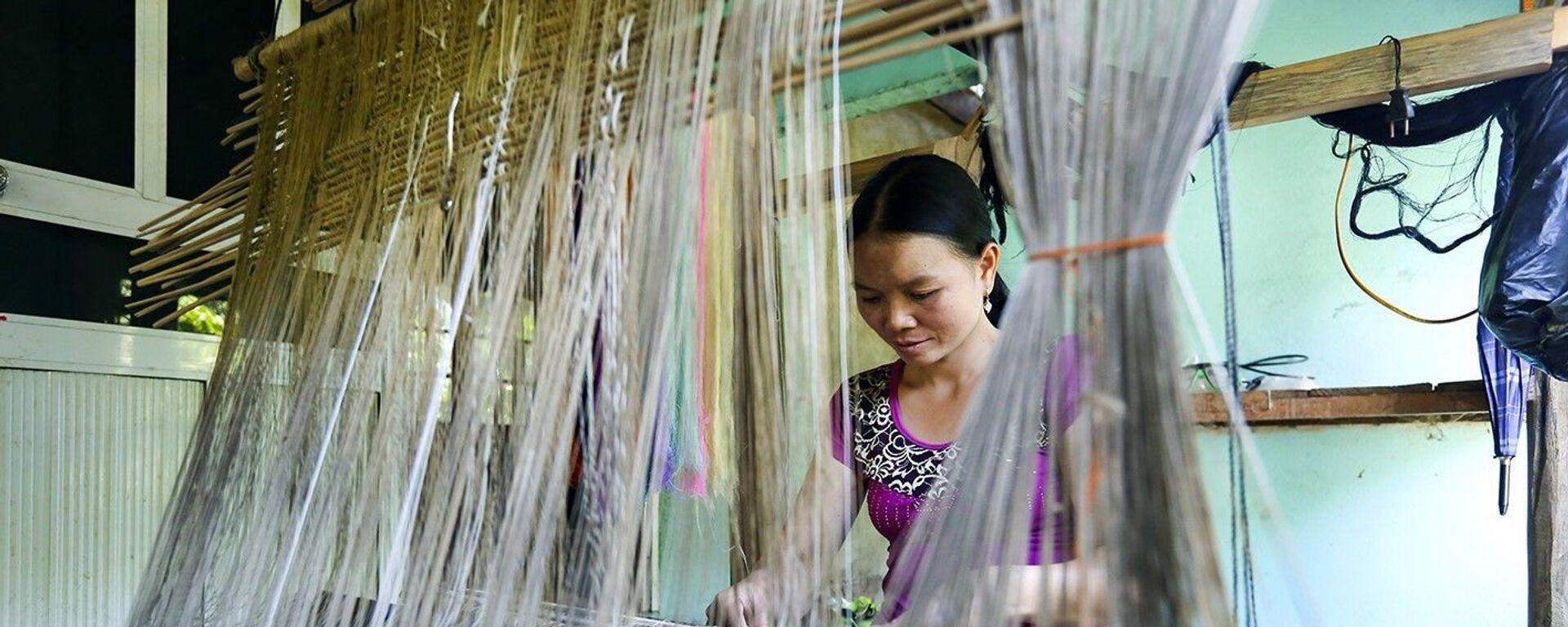 Nghề dệt thổ cẩm đem lại nguồn kinh tế cho đồng bào dân tộc Lào ở xã Pa Thơm, huyện Điện Biên (ảnh tư liệu). - Sputnik Việt Nam, 1920, 29.09.2020