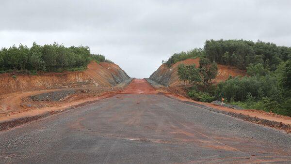 Tuyến cao tốc Cam Lộ-La Sơn đoạn qua tỉnh Quảng Trị đang được xây dựng. - Sputnik Việt Nam