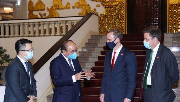 Thủ tướng Nguyễn Xuân Phúc trao đổi với Bộ trưởng Ngoại giao và Phát triển Liên hiệp Vương quốc Anh và Bắc Ireland Dominic Raab. - Sputnik Việt Nam