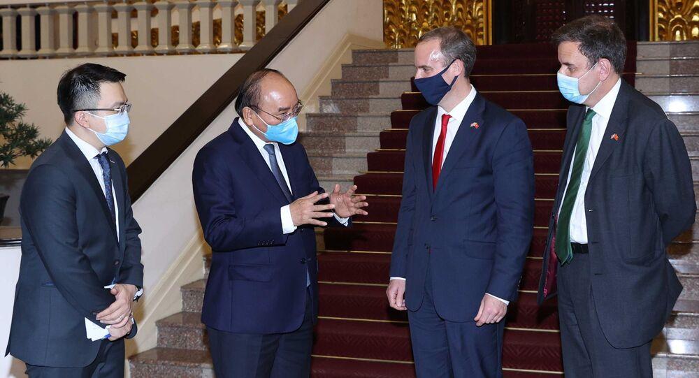 Thủ tướng Nguyễn Xuân Phúc trao đổi với Bộ trưởng Ngoại giao và Phát triển Liên hiệp Vương quốc Anh và Bắc Ireland Dominic Raab.