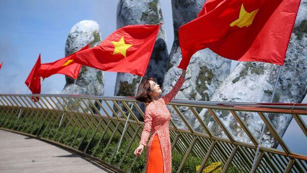 Giới trẻ thích thú được check-in trên Cầu Vàng với dãy cờ Tổ quốc tung bay - Sputnik Việt Nam