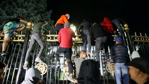 Người biểu tình ở Bishkek ( Kyrgyzstan) định xông vào tòa nhà chính phủ trong khi diễn ra cuộc mít tinh chống lại kết quả bầu cử quốc hội - Sputnik Việt Nam