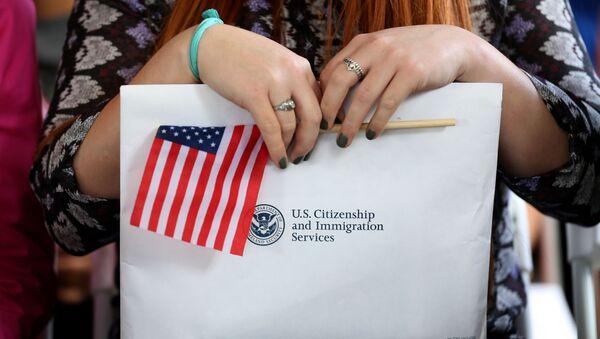 Công dân Hoa Kỳ mới với một lá cờ và tài liệu. - Sputnik Việt Nam