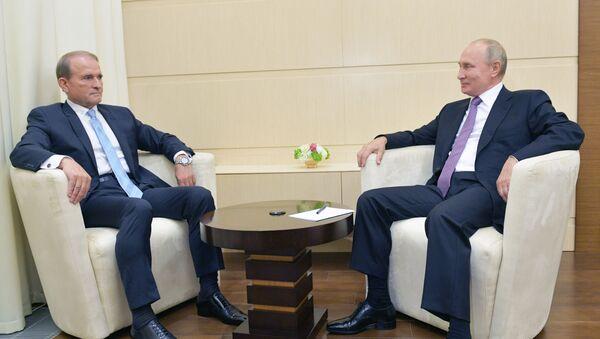Tổng thống Nga Vladimir Putin với Chủ tịch ủy ban chính trị của đảng Ukraina Nền tảng đối lập - Vì sự sống Viktor Medvedchuk. - Sputnik Việt Nam