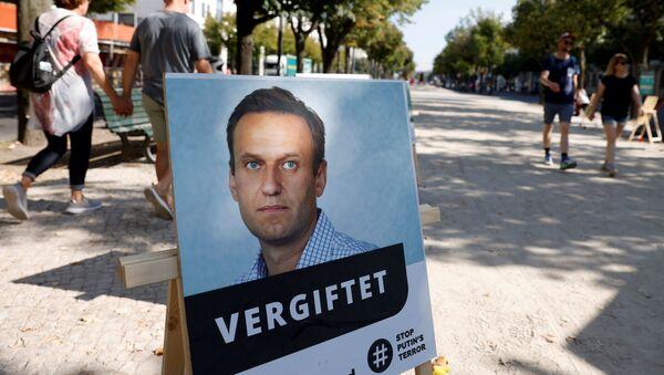 Chân dung Alexei Navalny với chữ ký tẩm độc ở Berlin. - Sputnik Việt Nam