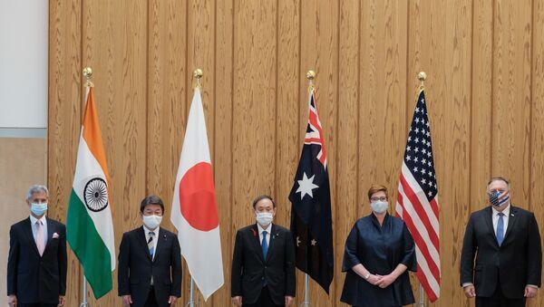 Ngoại trưởng Ấn Độ Subrahmanyam Jaishankar, Ngoại trưởng Nhật Bản Toshimitsu Motegi, Thủ tướng Nhật Bản Yoshihide Suga, Ngoại trưởng Úc Marise Payne và Ngoại trưởng Mỹ Mike Pompeo tạo dáng cho các nhiếp ảnh gia trước cuộc họp Quad Indo Pacific - Sputnik Việt Nam