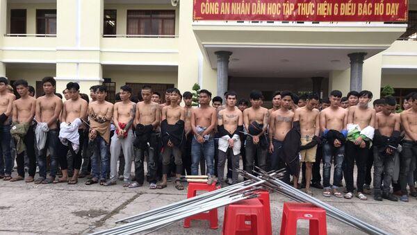 Các đối tượng xăm trổ cùng hung khí bị bắt giữ. - Sputnik Việt Nam
